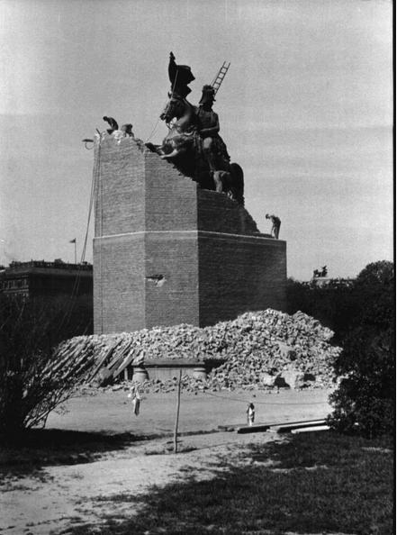 Denkmal Erzherzog Carls 1945