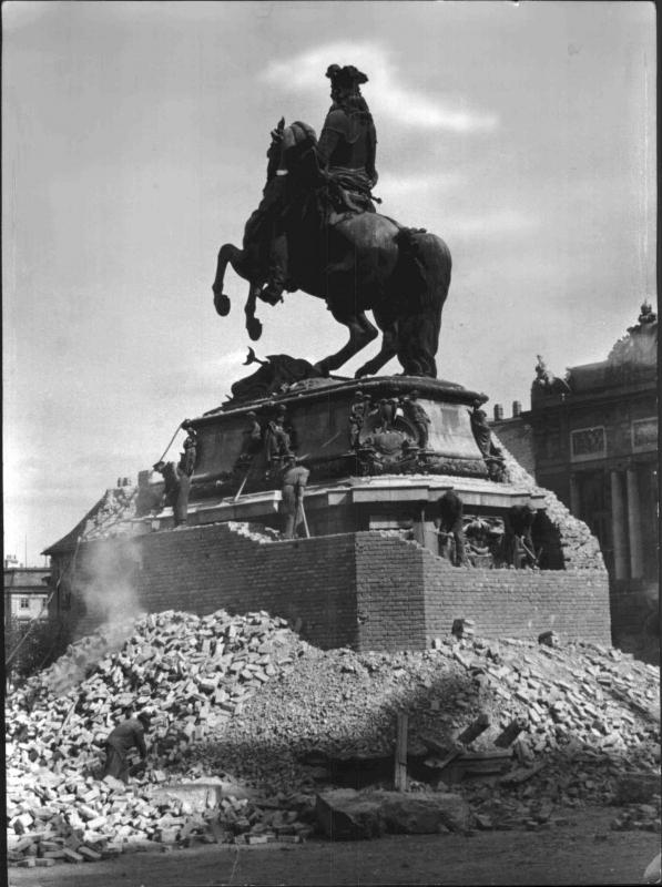 Prinz Eugen Denkmal 1945